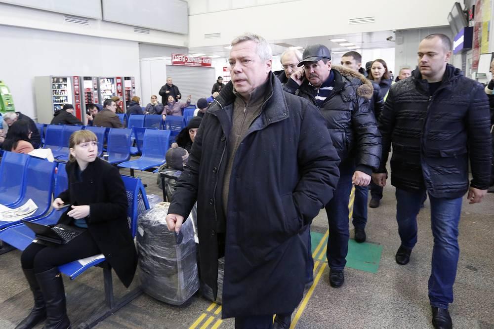 Губернатор Ростовской области Василий Голубев (в центре) в аэропорту