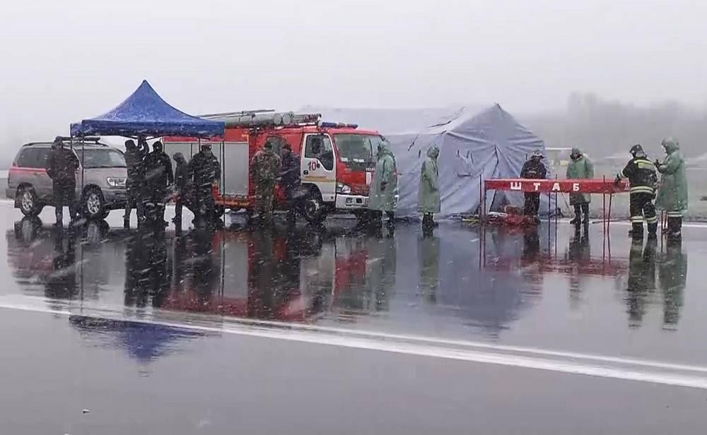 Оперативный штаб МЧС на месте крушения пассажирского самолета Boeing 737-800 авиакомпании FlyDubai, следовавшего по маршруту Дубай - Ростов-на-Дону. Пассажирский самолет разбился при посадке в аэропорту. В результате крушения погибли 62 человека, 19 марта