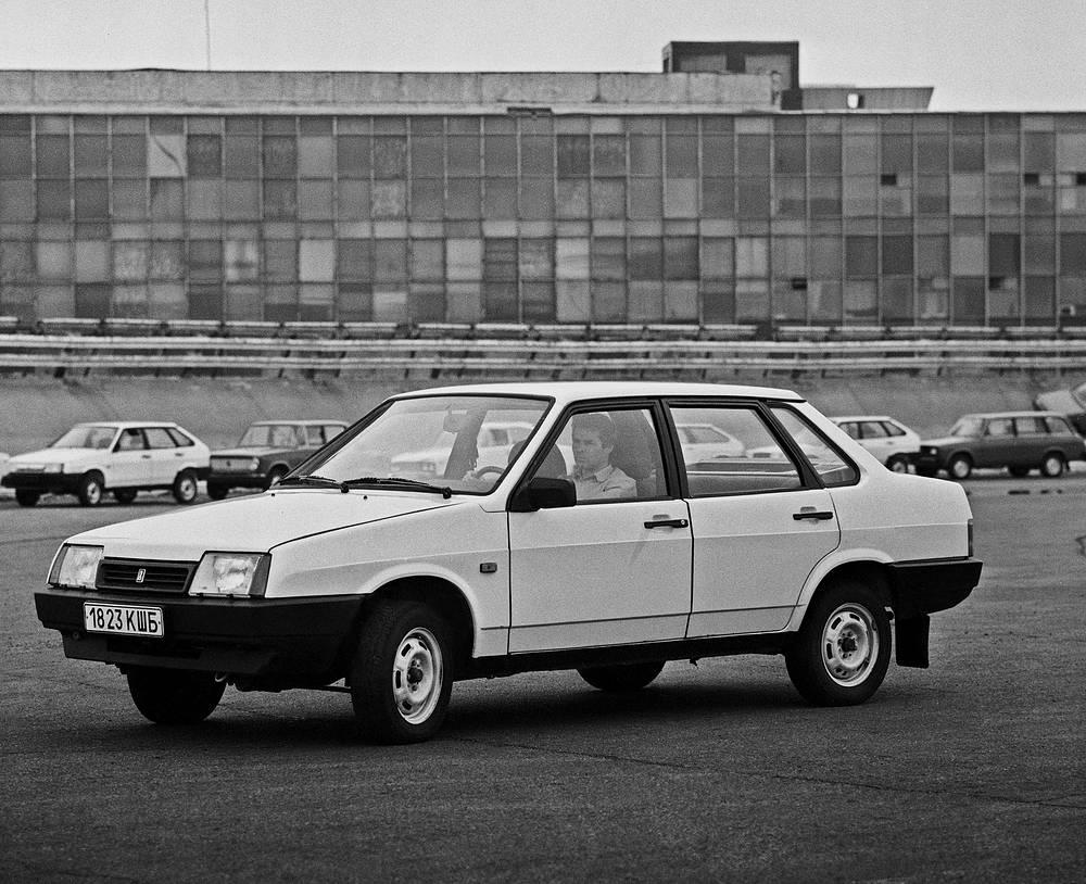 """Результатом разработки стала серия """"Спутник"""", или """"Лада Самара"""". На фото: пятидверный седан ВАЗ-21099"""