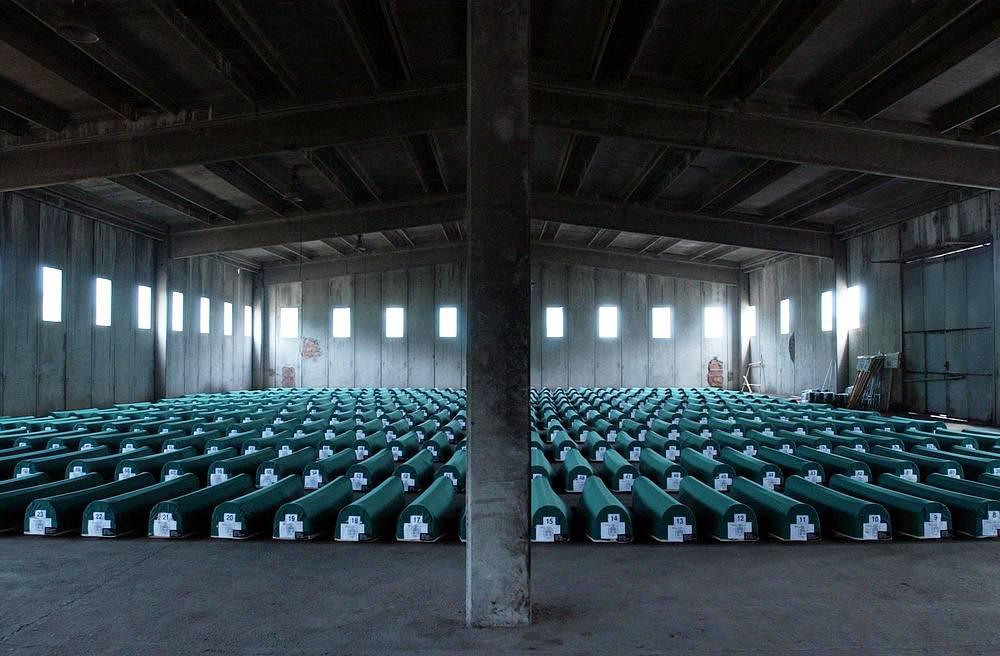 Гробы с телами жертв резни в Сребренице, выставленные в мемориальном центре Потокари близ Сребреницы, 10 июля 2004 года