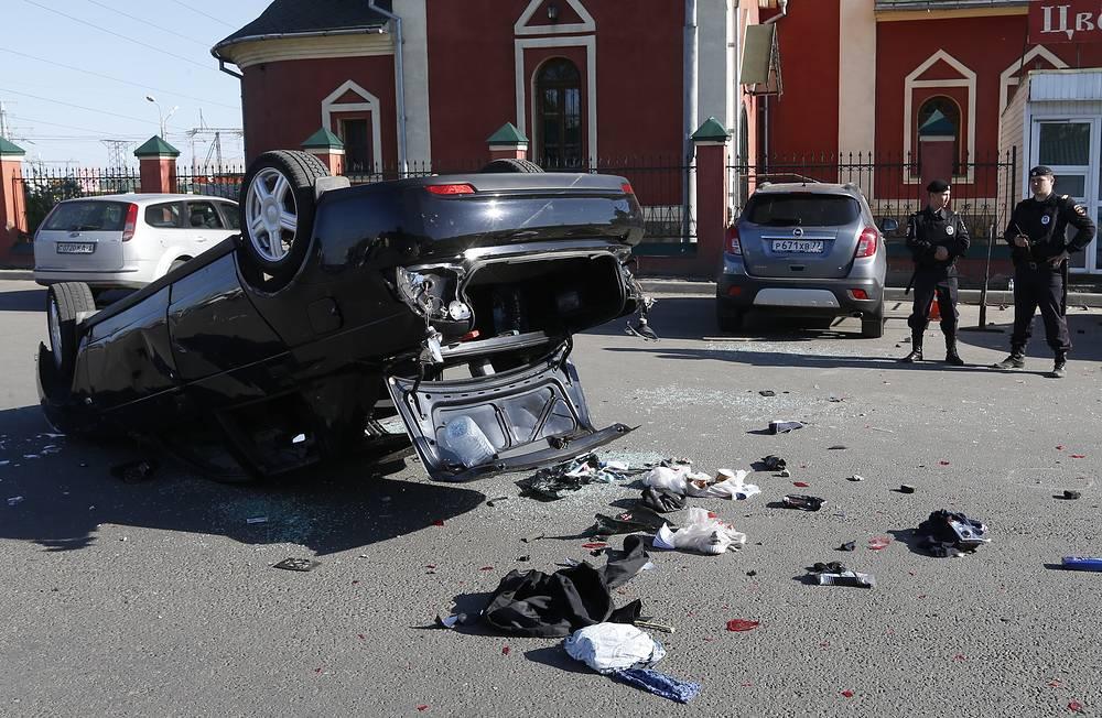 """Автомобиль """"Лада Приора"""", сбивший двух человек на Хованском кладбище, где в результате массовой драки со стрельбой погибли люди"""