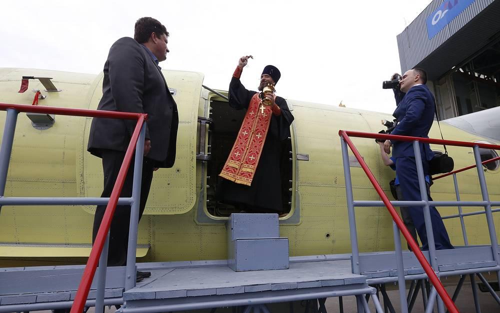Церемония освящения первого серийного самолета-амфибии Бе-200ЧС