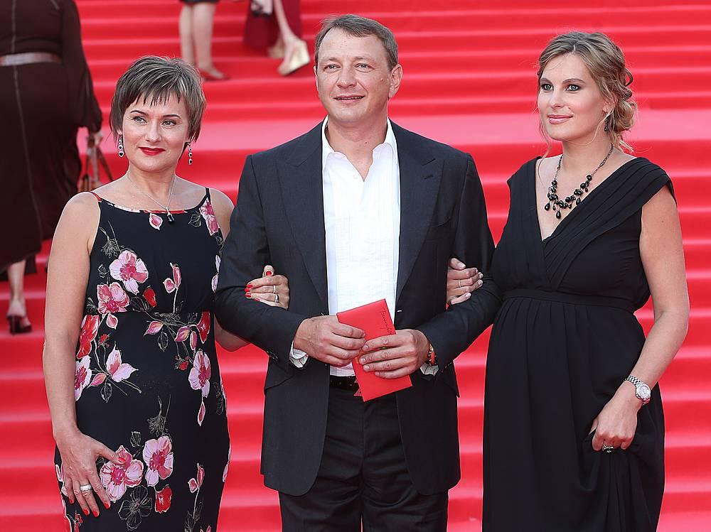 Актер Марат Башаров и Елизавета Шевыркова (справа)