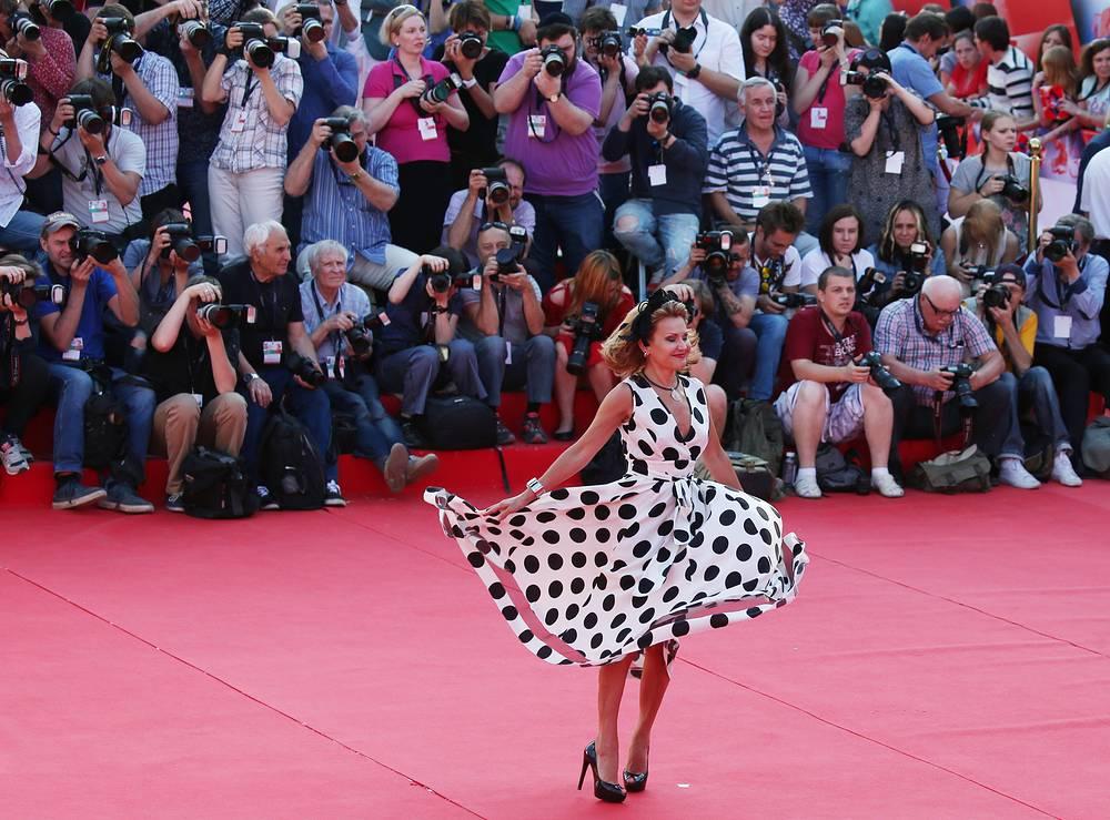 Телеведущая Елена Старостина перед началом церемонии закрытия 38-го Московского международного кинофестиваля
