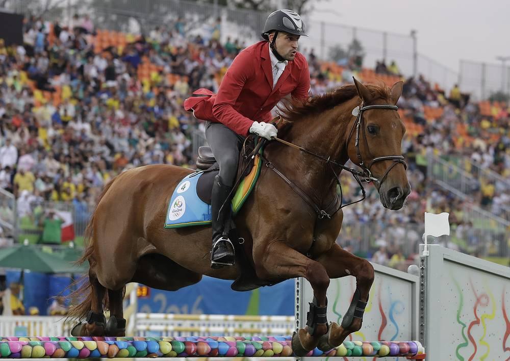 Олимпийский чемион в многоборье россиянин Александр Лесун во время конкура