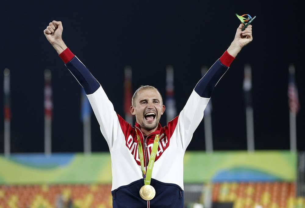 Лесун на пьедестале празднует победу на Олимпиаде