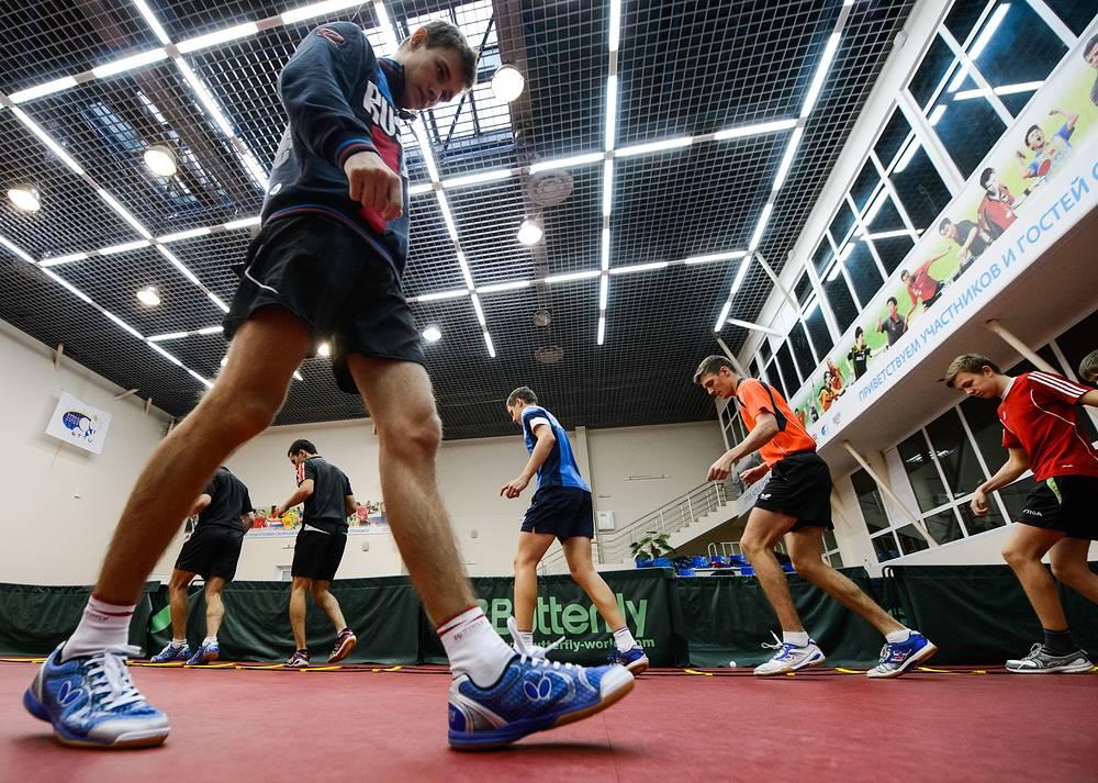 Воспитанники училища во время тренировки по настольному теннису