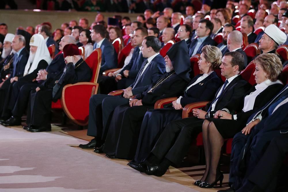 Спикер Совета Федерации РФ Валентина Матвиенко, премьер-министр РФ Дмитрий Медведев с супругой Светланой (справа налево)