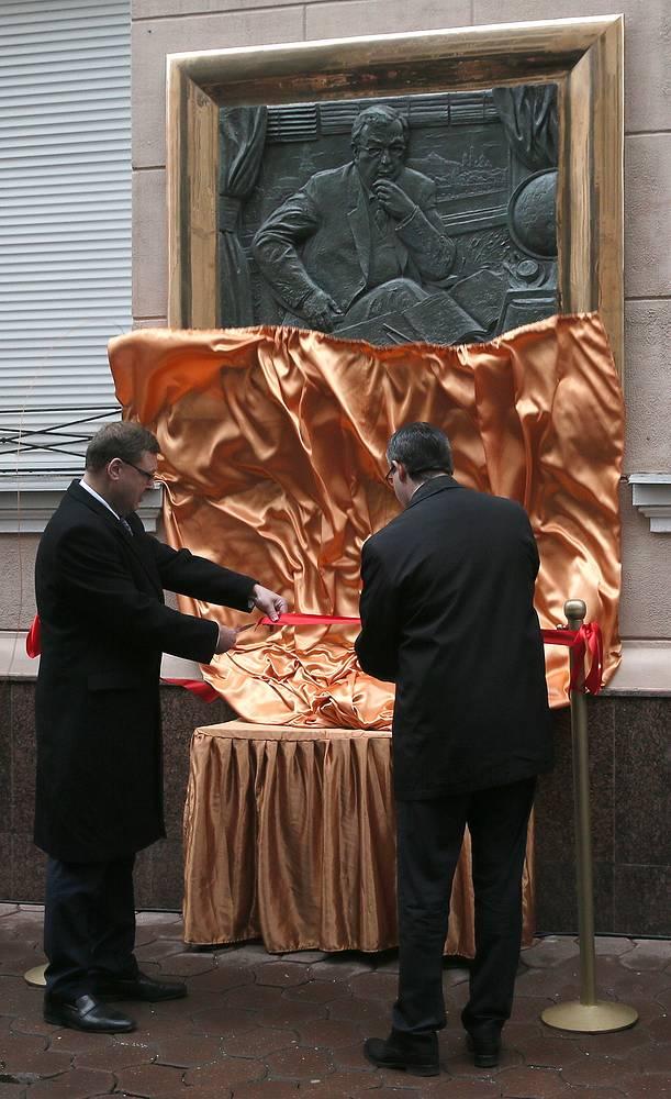 Председатель Комитета Совета Федерации РФ по международным делам Константин Косачев (слева) на открытии мемориальной доски политику Евгению Примакову на фасаде дома в Скатертном переулке, где он жил с 1996 по 2015 год