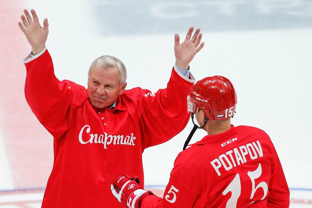 Знаменитый советский хоккеист Борис Майоров перед началом матча