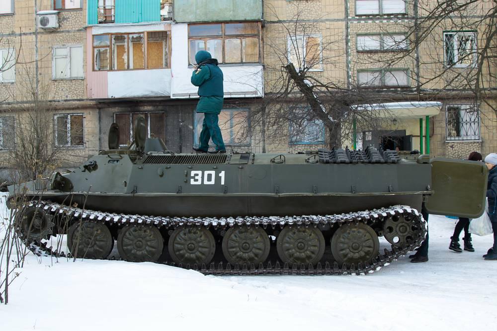Эвакуация жителей Киевского района с помощью бронетранспортера МТ-ЛБ МЧС ДНР