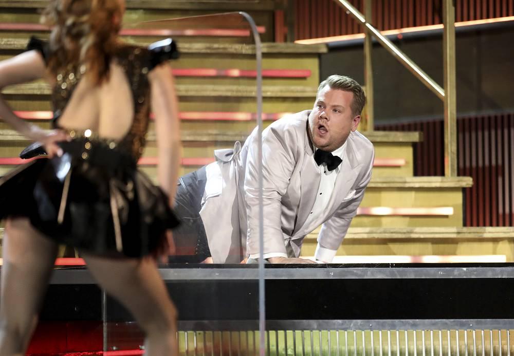 Ведущий церемонии Джеймс Корден устроил постановочное падение с лестницы в начале шоу