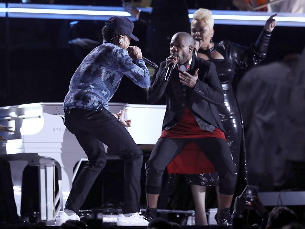 Chance the Rapper (слева) и Керк Франклин (справа) в своем выступлении смешали рэп и госпел