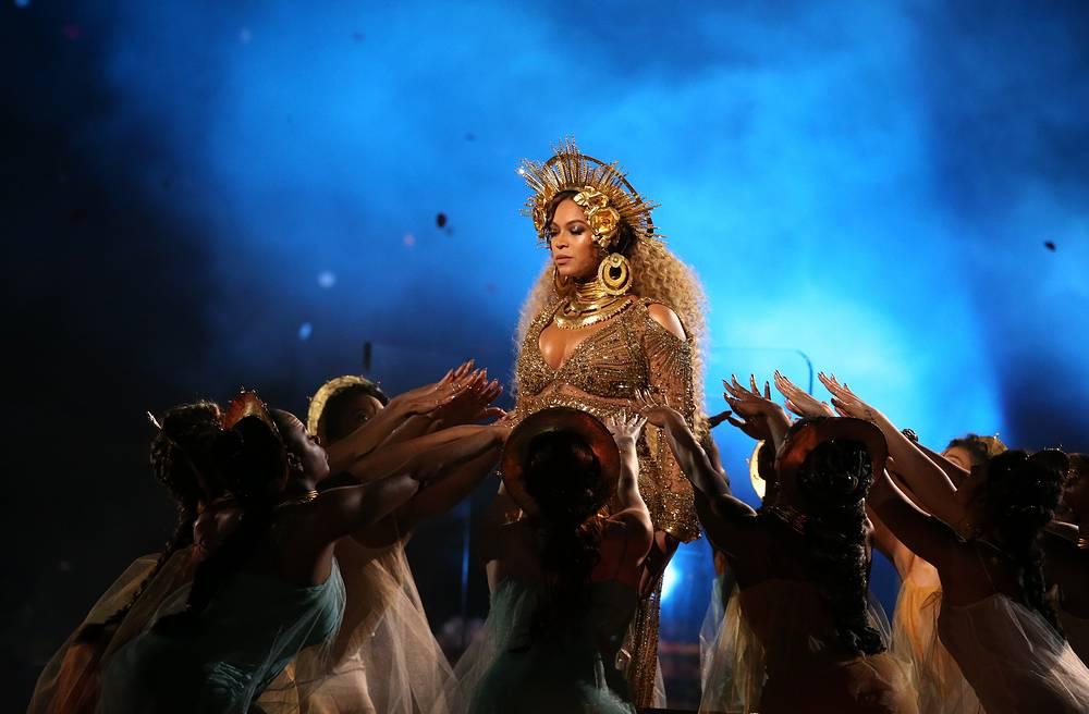 Бейонсе выступила на 59-й церемонии Grammy в образе богини плодородия