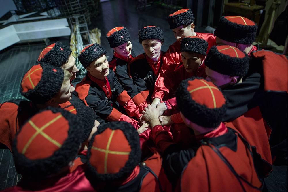 Артисты танцевальной группы