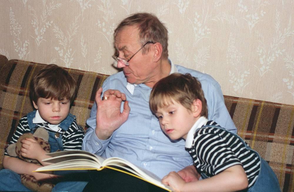 Евгений Евтушенко с сыновьями Димой и Женей, 1994 год