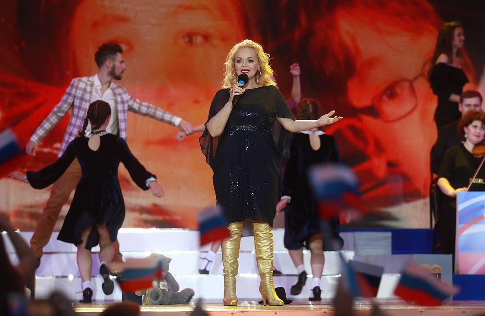 Лариса Долина во время концерта на Красной площади