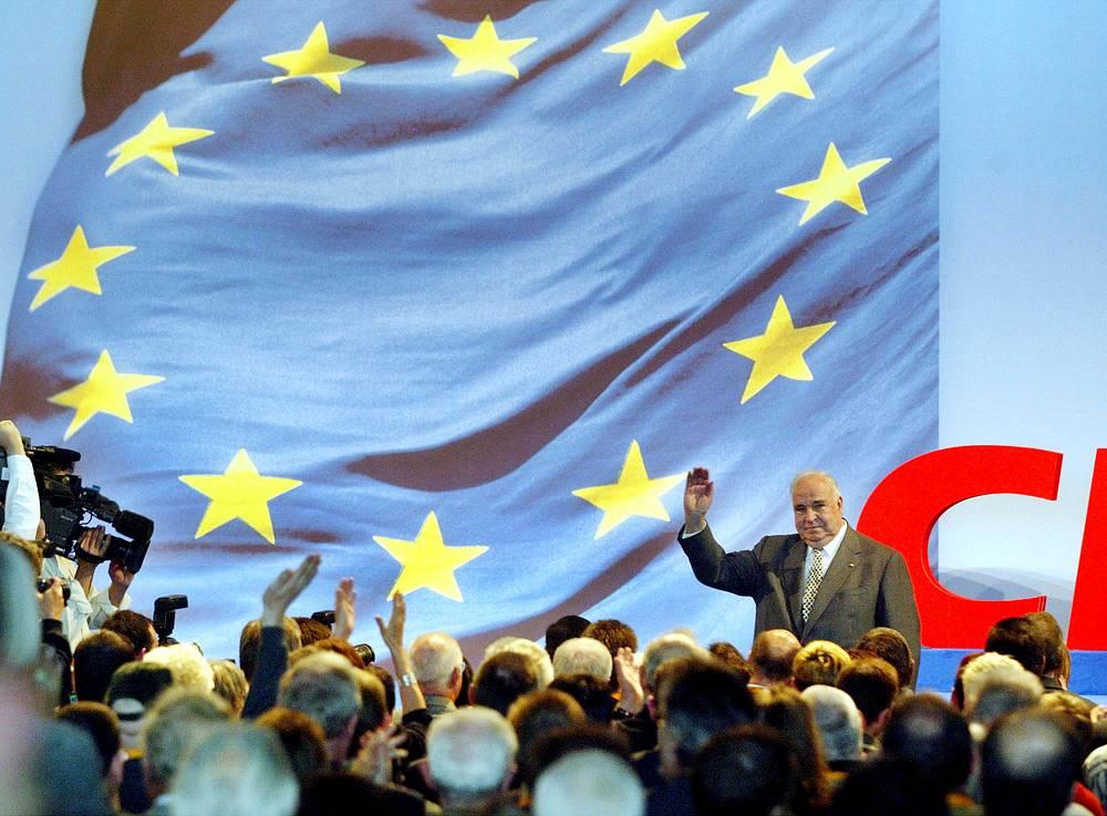 Гельмут Коль приветствует своих сторонников на митинге ХДС. Саарбрюккен, 8 мая 2004 года