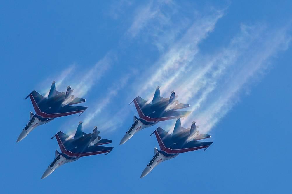 """Пилотажная группа """"Русские Витязи"""" на самолетах Су-30СМ"""