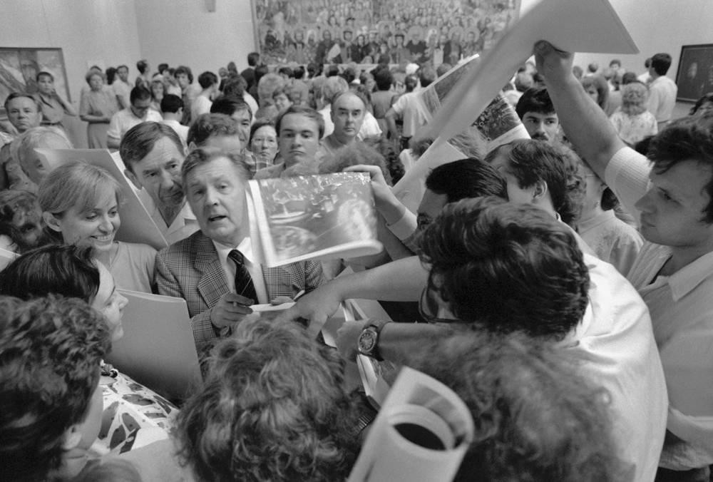 Во время раздачи автографов посетителям выставки, 1988 год