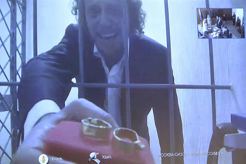 12 августа 2015-го, Полонский сделал предложение своей подруге Ольге Дерипаско по видеосвязи из СИЗО. Девушка согласилась стать его женой