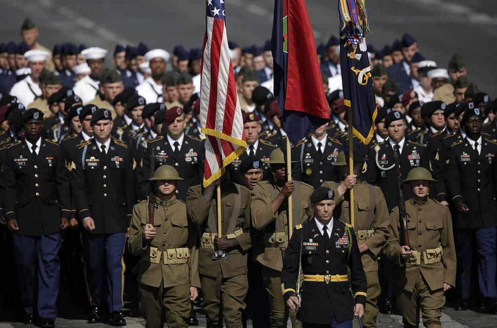 За военными из США один за другим проследовали подразделения французской армии, жандармерии, полиции, таможни и пожарно-спасательной службы