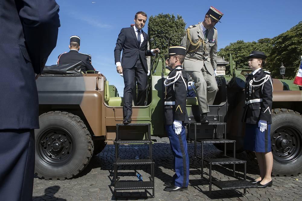 Вместе с президентом военных приветствовал начальник главного штаба Вооруженных сил Франции, генерал Пьер де Вилье