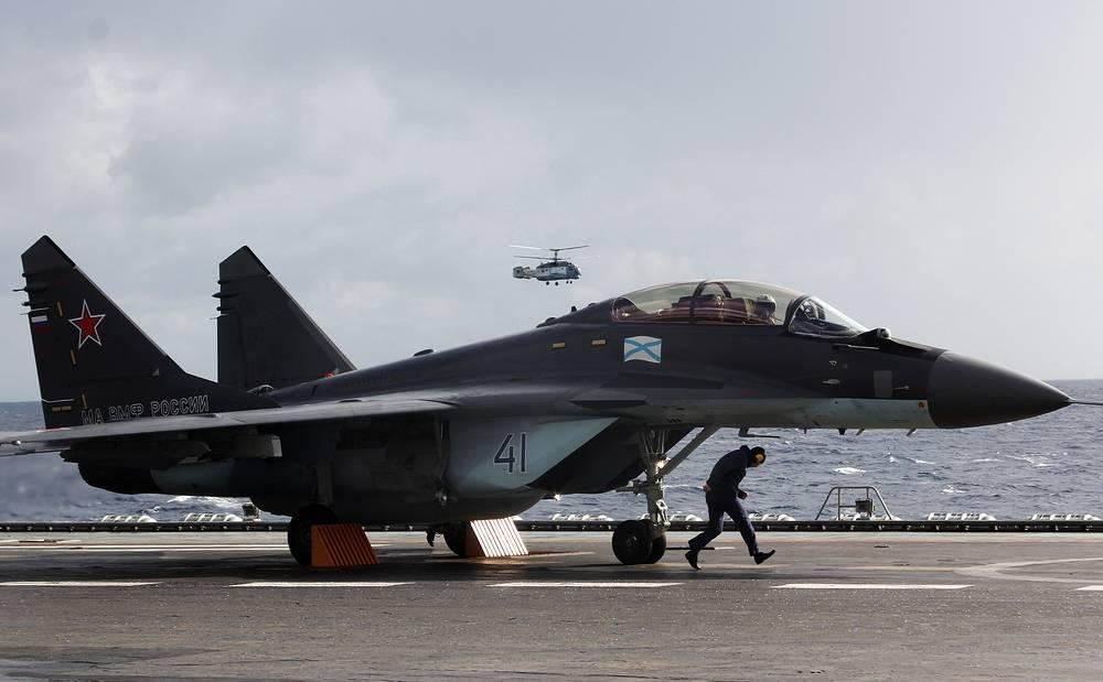 """Истребитель МиГ-29КУБ на палубе тяжелого авианесущего крейсера """"Адмирал Кузнецов"""""""