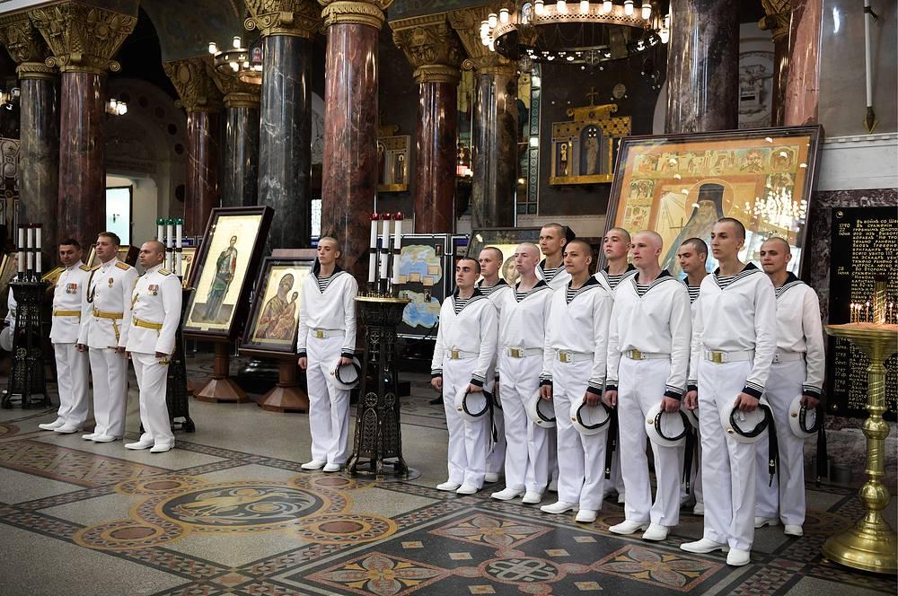 Военнослужащие Военно-морского флота России в Никольском морском соборе в Кронштадте