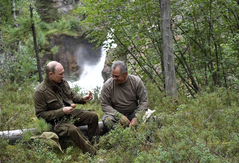 Владимир Путин и Сергей Шойгу во время похода по горам