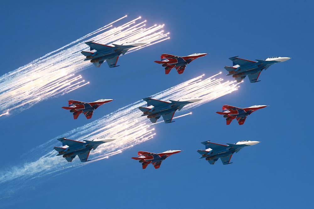 """Авиационные группы высшего пилотажа """"Русские витязи"""" и """"Стрижи"""""""