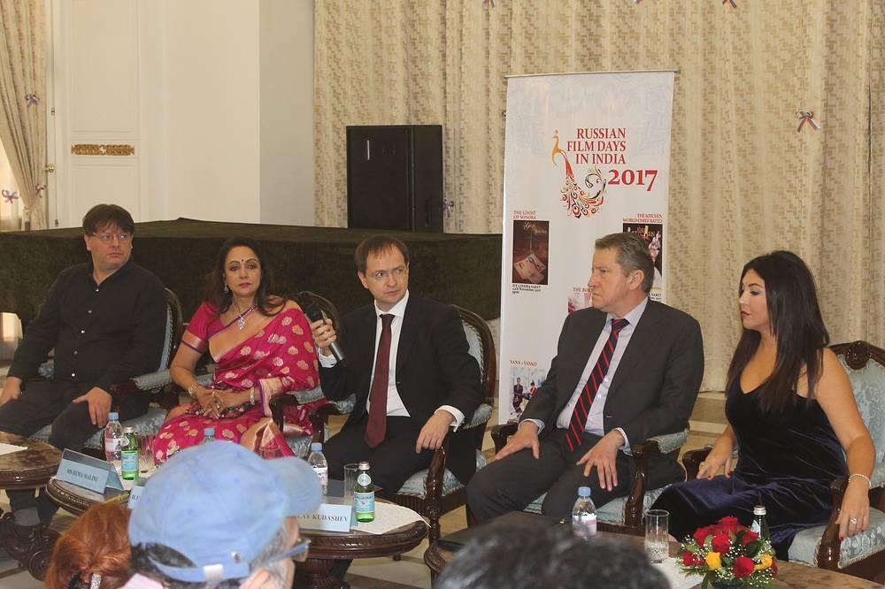 Валерий Тодоровский, Хема Малини, Владимир Мединский, посол России в Индии Николай Кудашев и Мария Лемешева на пресс-конференции в российском посольстве