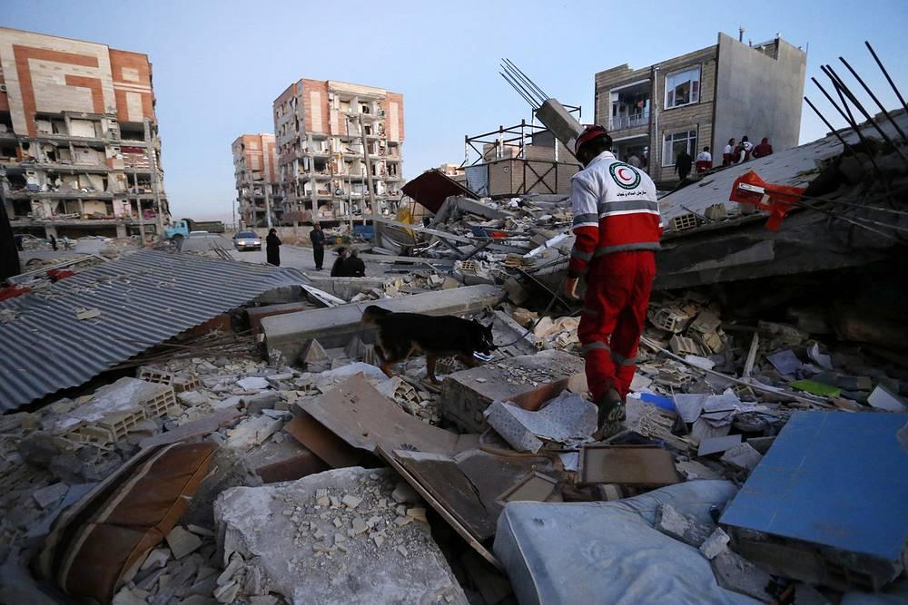 В зоне бедствия ведутся поисковые и спасательные операции, развернуты полевые госпитали. По последним данным, жертвами землетрясения стали более 300 человек, свыше 2500 пострадали