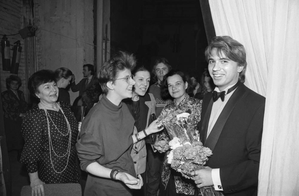 Дмитрий Хворостовский принимает поздравления от своих поклонников после концерта в Театре оперы и балета в Красноярске, 1990 год