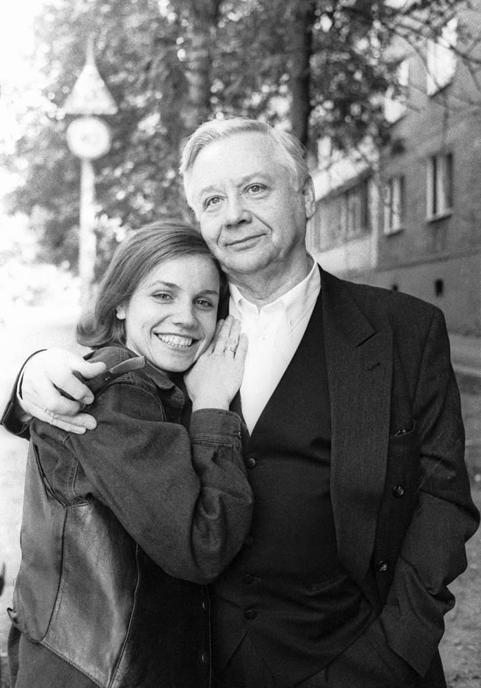 Марина Зудина и Олег Табаков во время прогулки по Саратову, 1994 год