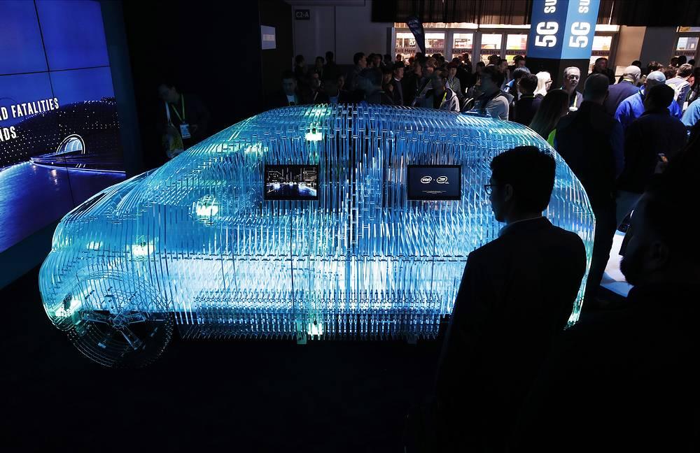 Модель автомобиля отображает сенсорную технологию Mobileye компании Intel