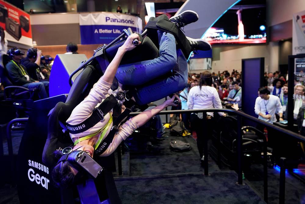 Симуляция полета Flying Dino с помощью устройств виртуальной реальности компании Samsung