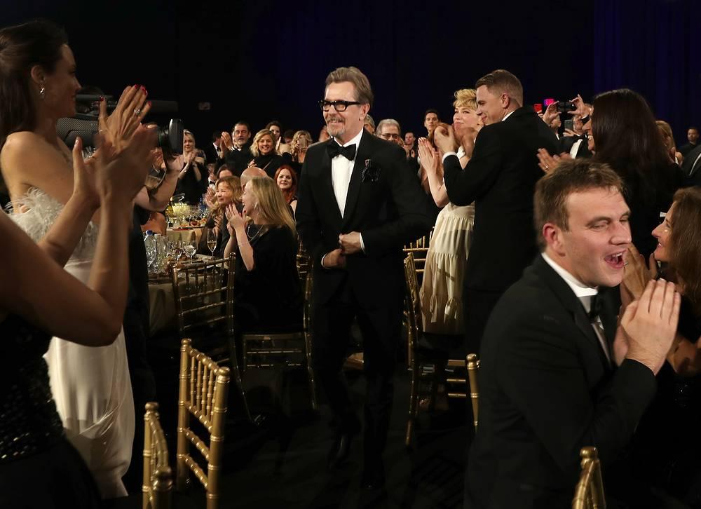 """Гари Олдман получил приз в категории """"Лучший актер"""" за воплощение образа Уинстона Черчилля в фильме """"Темные времена"""""""