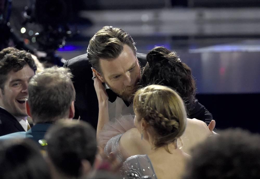 """Юэн МакГрегор целует Мэри Элизабет Уинстед, перед тем как получить приз в номинации """"Лучший актер"""" за роль в сериале """"Фарго"""""""