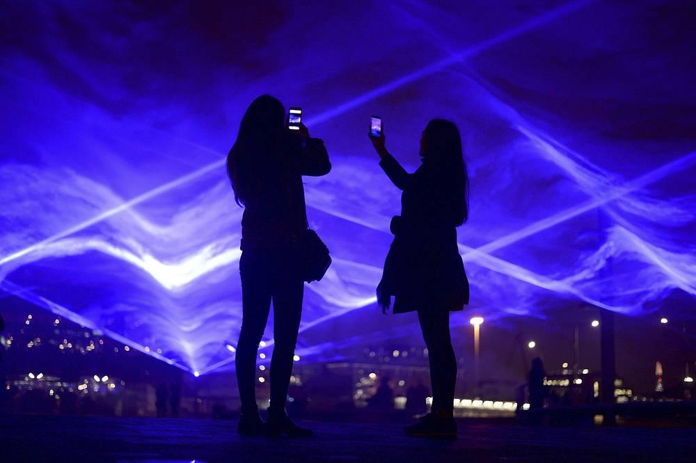 Фото фестиваля светового искусства встолице Англии очаровали сеть