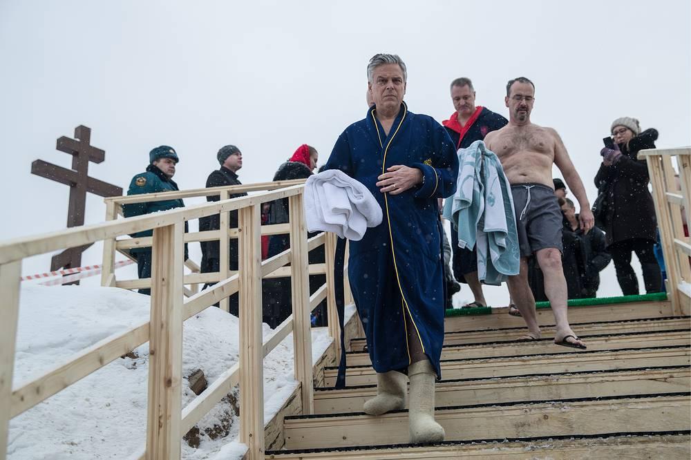 Посол США Джон Хантсман (на первом плане) перед купанием в проруби на территории Новоиерусалимского монастыря