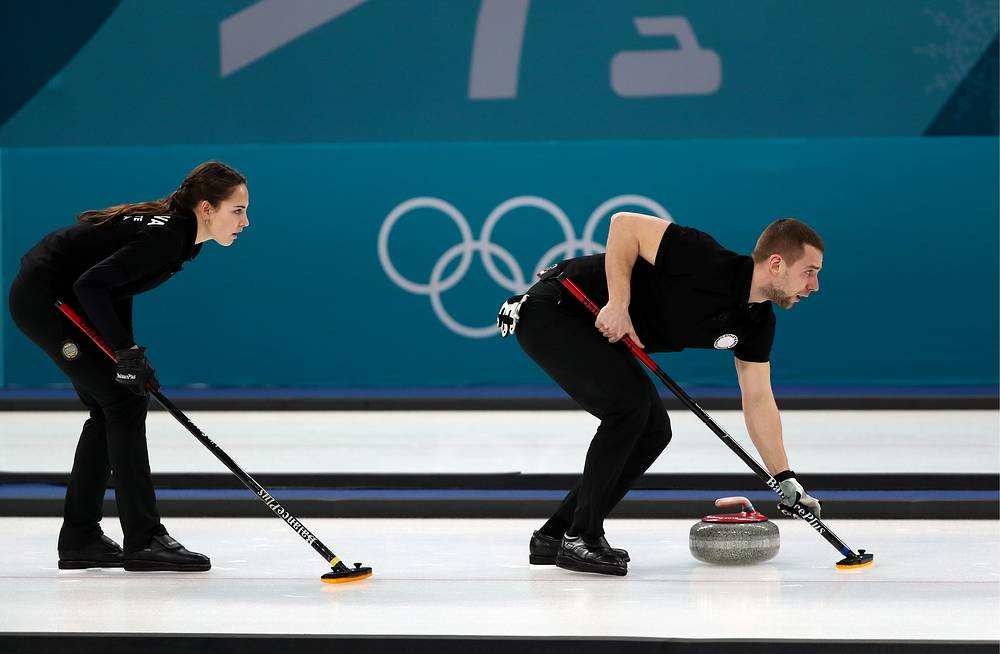 Анастасия Брызгалова и Александр Крушельницкий во время матча против сборной Норвегии