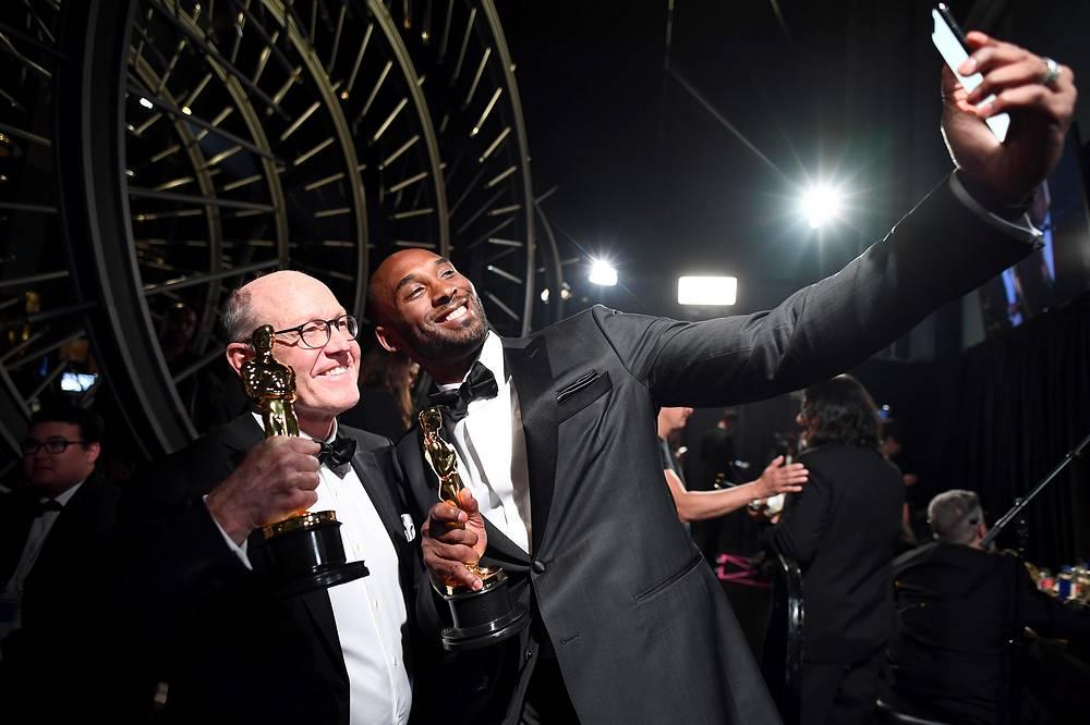 """Глен Кин и Коби Брайант, получившие награды за анимационный короткометражный фильм """"Дорогой баскетбол"""""""