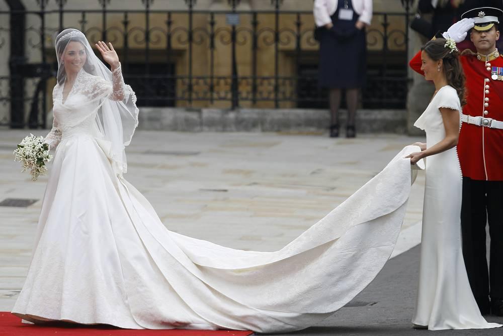 Герцогиня Кембриджская Кэтрин (урожденная Кейт Миддлтон) в сопровождении своей сестры Пиппы Миддлтон в Вестминстерском аббатстве в Лондоне, 29 апреля 2011 года