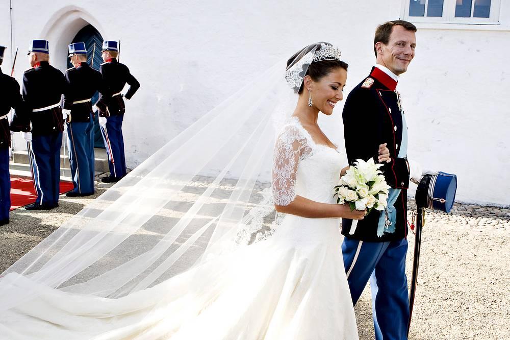Мари Кавальер и принц Датский Иоахим, младший сын королевы Маргрете II, в церкви Можельтондер, Южная Ютландия, 24 мая 2008 года