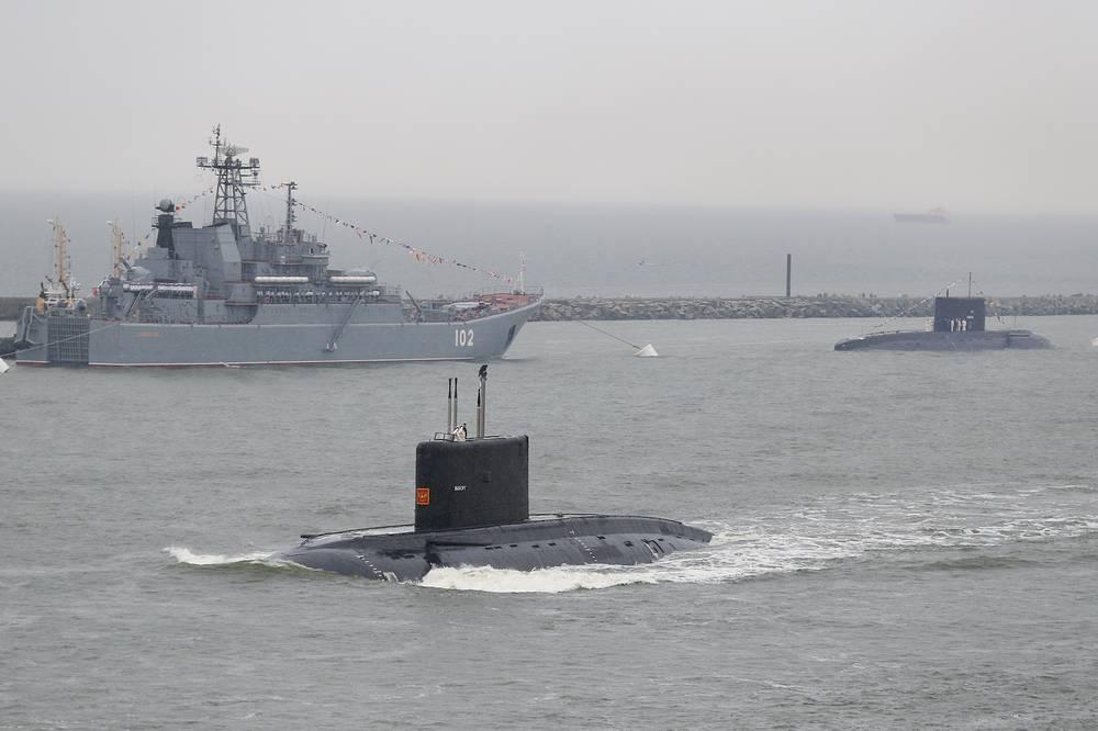 """Дизель-электрическая подводная лодка """"Выборг"""" и большой десантный корабль """"Калининград"""""""