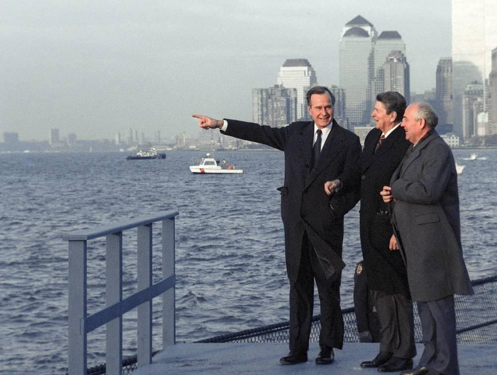 С президентом США Рональдом Рейганом (в центре) и генеральным секретарем ЦК КПСС Михаилом Горбачевым (справа) во время прогулки по острову Гавернорс-Айленд, 1988 год