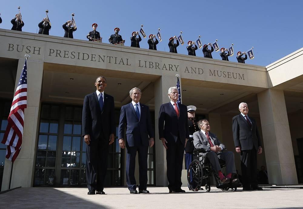 С президентом США Бараком Обамой, сыном Джорджем Бушем-младшим, Биллом Клинтоном и Джимми Картером во время церемонии открытия президентского центра в Далласе, 2013 год