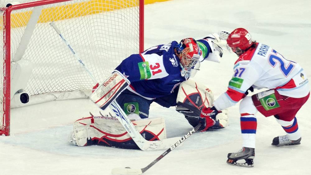 Вратарь СКА Штепанек (слева) и игрок ЦСКА Паршин