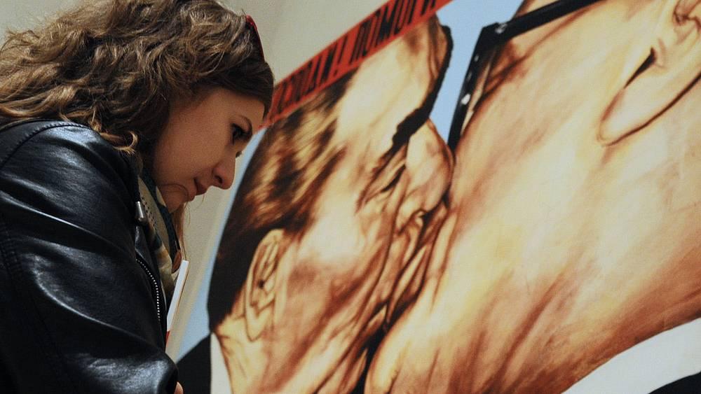 """Посетительница у картины """"Господи! Помоги мне выжить среди этой смертной любви"""" работы Дмитрия Врубеля. 2004 год"""